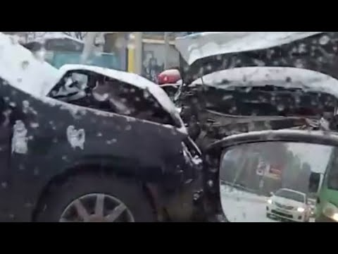 Жесткая авария с тремя машинами на Дружбы в Тюмени | 72.RU