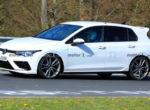 Новый Volkswagen Golf R заметили на испытаниях почти без камуфляжа (фото)